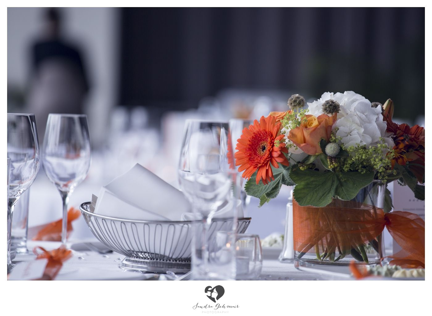 #decoration #decorationtips #tips #interior #wedding #hochzeit #weddingday #weddinghour #bridetobe #clean #white #highkey #interesting #dekotips #photography #photo #orange #orangeflowers #flowers #rosen #deko #glas #glass #wine #fresh