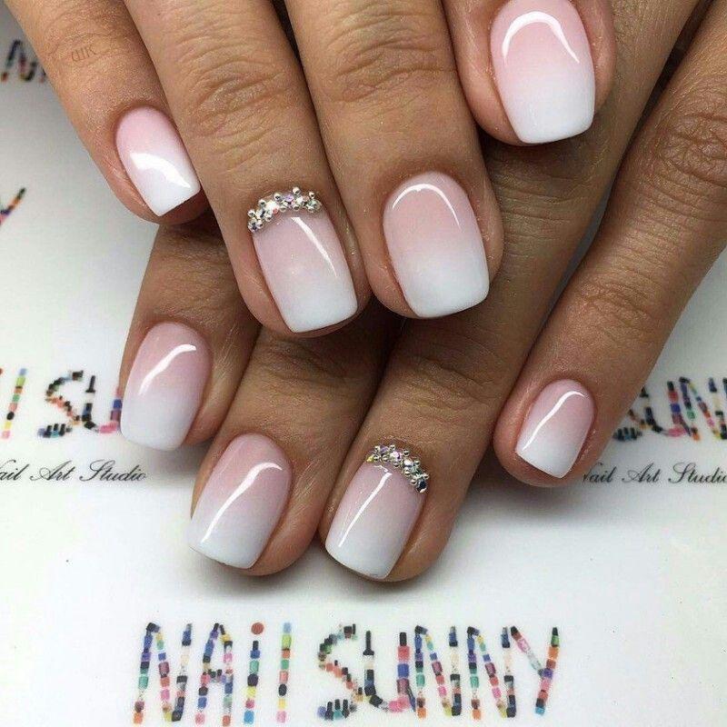 Unghie rosa con sfumature bianche