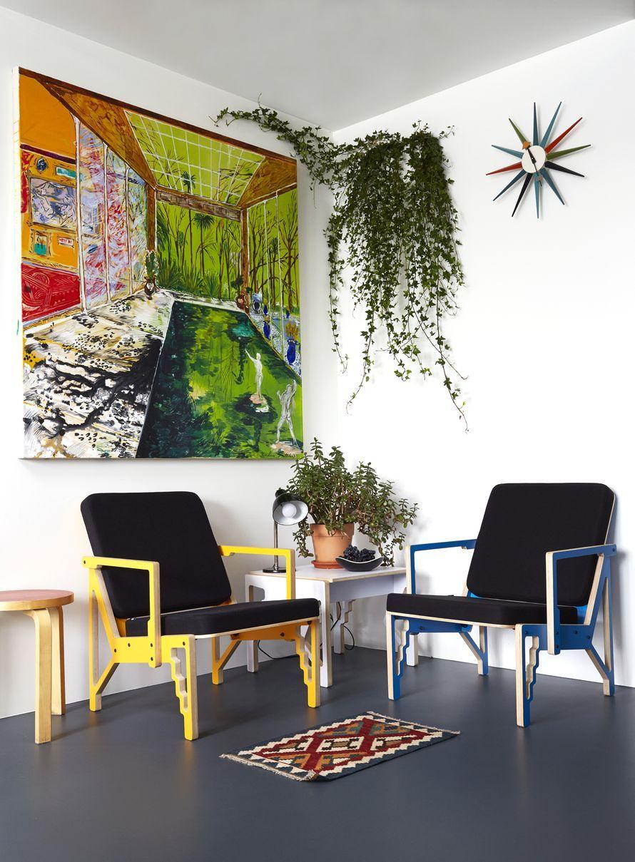 Hillityissä puitteissa persoonalliset esineet pääsevät hyvin esille. Karoliina Hellbergin öljyvärimaalaus ja viherkasvit toimivat graafisten CNC-nojatuolien ja -pikkupöydän vastapareina. 15-vuotias rahapuu on kodin  tärkein silmäterä.