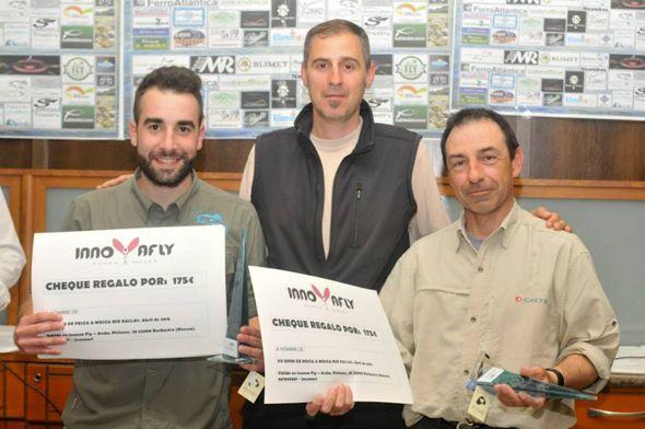 Terceiros no OPen de Pesca do Xallas 2015- David Arcay e Jordi Oliveras entrega Jose Mari Navarro