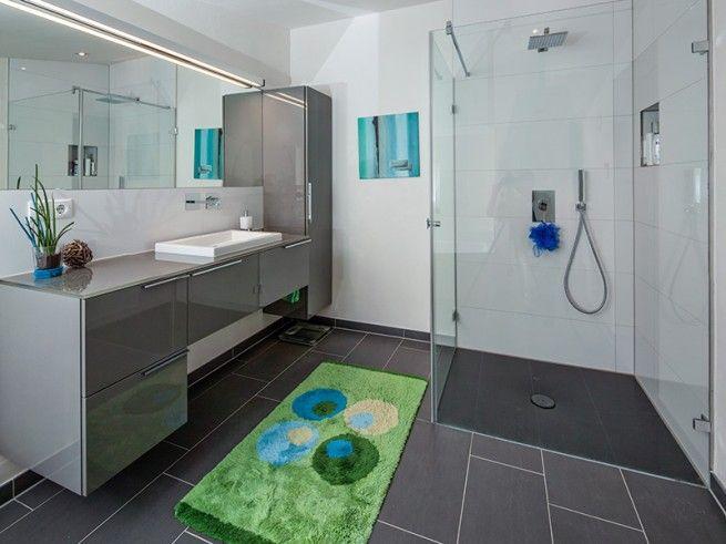 Schon Bad In Schlichtem, Edlen Anthrazit/grau Mit Großflächigen Fliesen Und  Bodengleicher Dusche.
