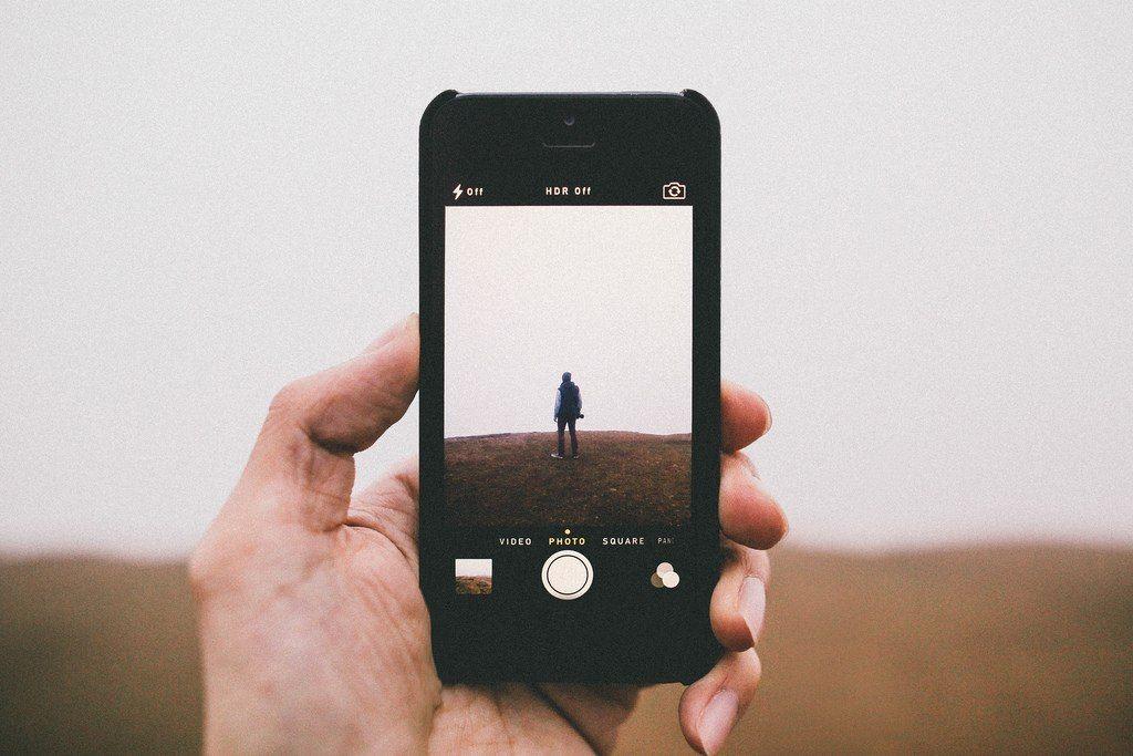 телефон издает звук как будто фотографирует грудь