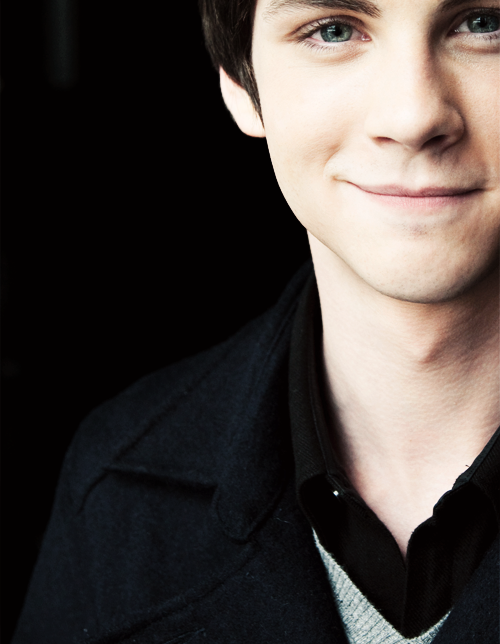 Logan Lerman I Love How You Can See How Bright His Eyes Are In This Picture Logan Lerman Hollywood Actor Logan