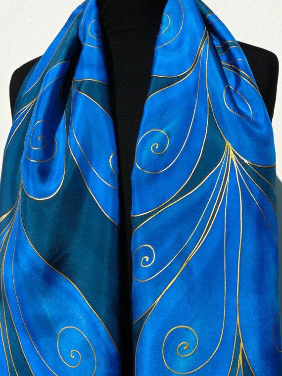 cbf9c97ed019 Foulard en soie bleu marine et bleu peint à la main. Or s entremêlent  feuilles de style art déco. Foulard en soie Pure dans des couleurs bleus  marine bleus ...