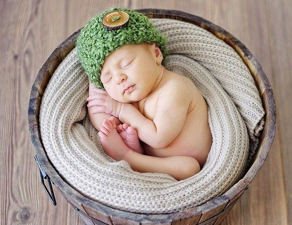 grasgr n neugeborenes baby m tze hut fotoideen baby. Black Bedroom Furniture Sets. Home Design Ideas