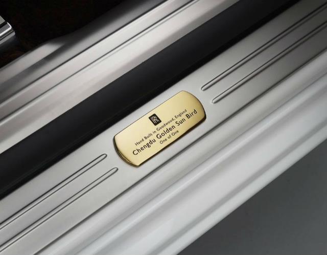 En la mecánica no se ha tocado nada: conserva el motor 6.6 V12 de 571 CV asociado a una caja cambios automática de ocho velocidades. Alcanza 250 km/h y pasa de 0 a 100 km/h en cinco segundos… mientras gasta 13,6 l/100 km, aunque a su dueño no le preocupará demasiado.