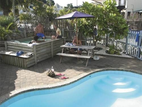 Base Bay Of Islands Paihia Base Backpackers is situated 50 metres from the beach in Paihia, the Bay of Islands.  This funky hostel offers dormitory accommodation, a swimming pool and a hot tub.