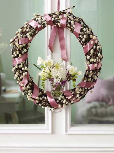 Wreath: Sprigs of Pussy Willow wrapped with ribbon. A wine glass is wedged between the branches & filled with fresh flowers / http://wohnidee.wunderweib.de/dekoundgastlichkeit/bildergalerie-2850092-dekoundgastlichkeit/Die-40-schoensten-DIY-Ideen-fuer-2013-2013.html#
