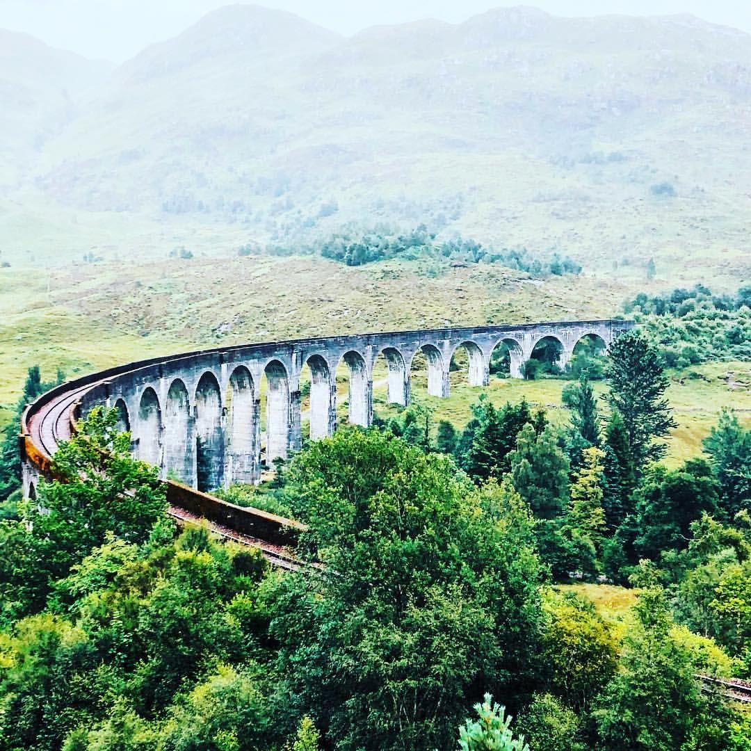 Das Glenfinnan Viadukt In Schottland Erinnert Ihr Euch Uber Diese Brucke Rast Der Hogwarts Express In Harry Potter Natural Landmarks Landmarks Nature