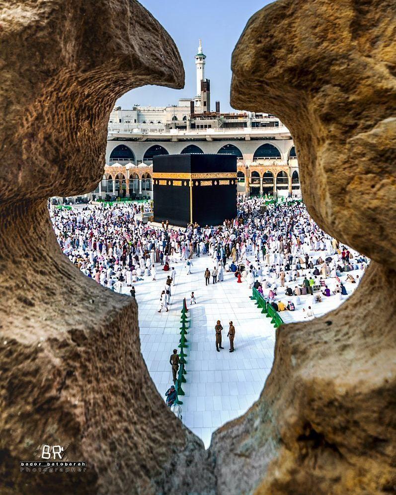 صورة رائعة ألتقطت للكعبة المشرفة من الرواق العثماني بعدسة بدر فؤاد السياحة السعودية مكة المكرمة Mecca Kaaba Mecca Wallpaper Islamic Pictures
