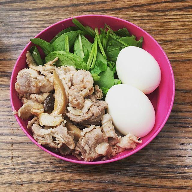 今日の#お弁当 サラダほうれん草、ゆで卵2個、 昨日の夜ごはん(ワタシは食べなかった)  #豚の生姜焼き  昨日の夜は、生クリームでお腹いっぱいになり、チーズつまんで終わりました  明日は息子の #入学式 なのに雨予報なんだよね 今日は小学校の入学式だね。 #ピカピカの1年生 おめでとうございます!  #糖質OFF #糖質制限 #糖質セイゲニスト #MEC食 #KK30 #肉 #たまご #チーズ #健康 #healthy #ダイエット #diet #ランチ