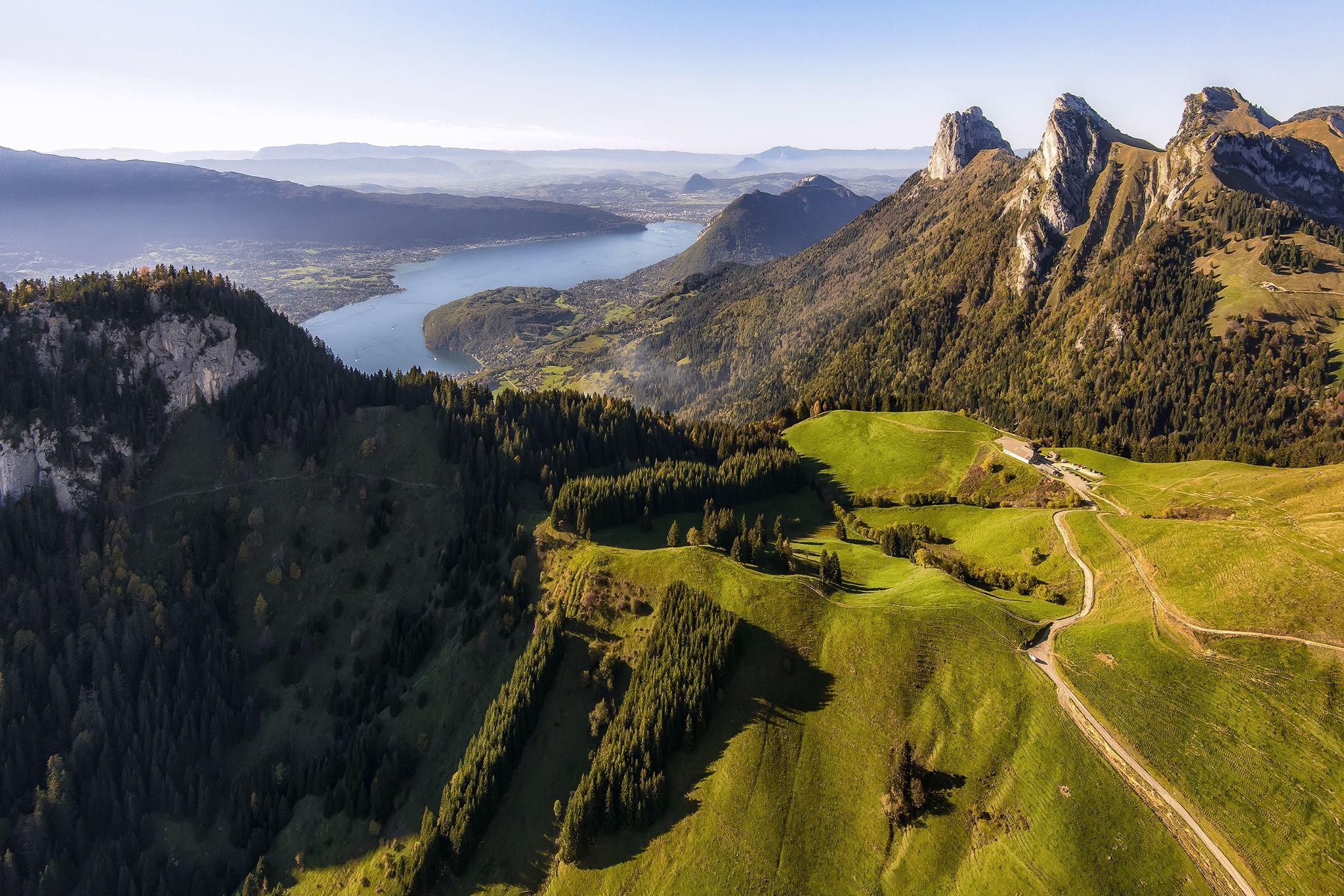 Vista aérea del Lago Annecy en los Alpes franceses (foto de Mr Friks Colors)