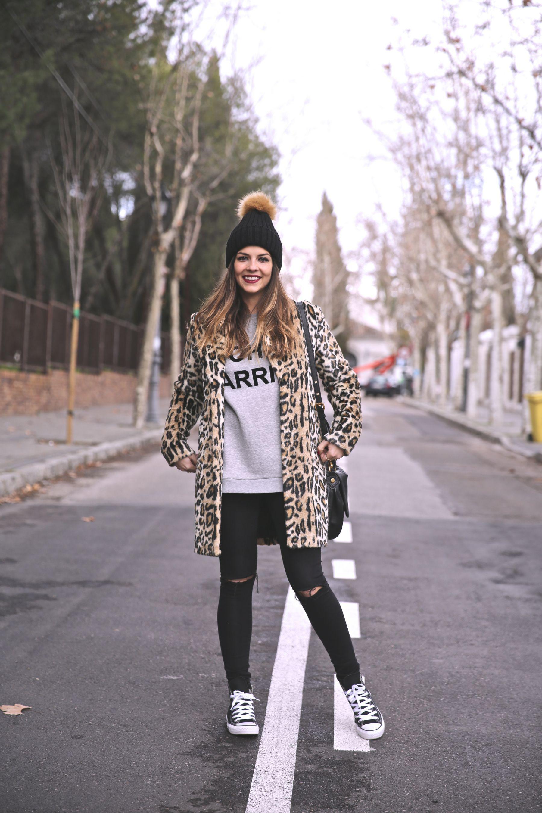 casual look con abrigo de leopardo gorro de lana con pompn converse all star