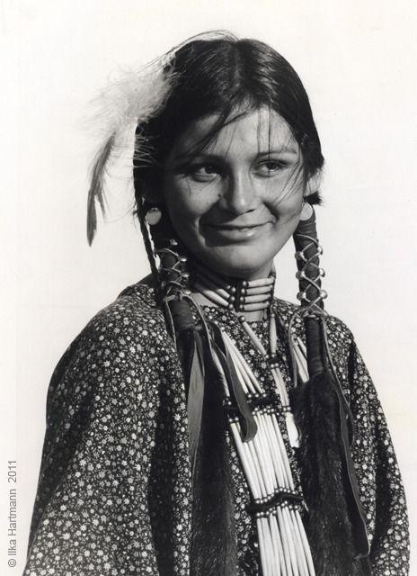 Chippewa Indian Women   Ilka Hartmann Photography - Indian America - Chippewa Girl