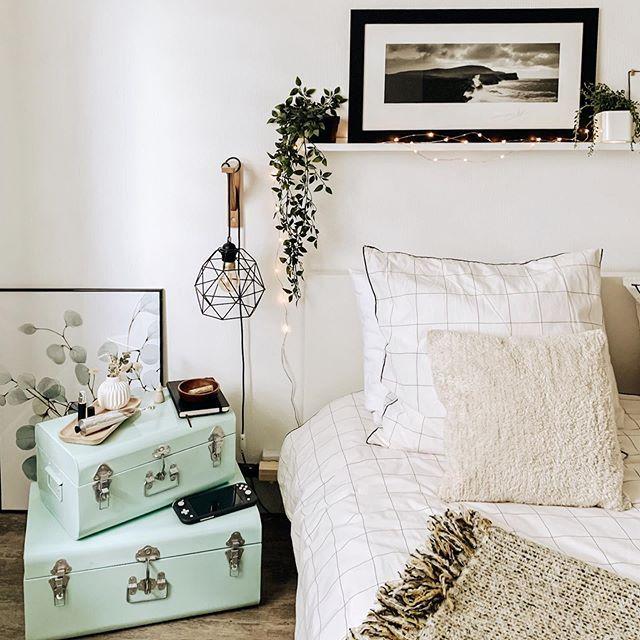 Nouvel article sur le blog👩🏼💻 Je vous parle des indispensables qui composent ma table de nuit depuis le confinement, de ces petites choses qui m'apaisent et m'aident à adoucir mes nuits🌙😴 . Passez une belle journée 💛 . . . #home #bedroom #lingedelit #chambre #laredouteinterieurs #room #homedecor #myhome #interiorinspo #interiordesign #howwelive #interior #interior4you #interior4inspo #interiordetails #interior_and_living #interiorideas #interiorstyle #surleblog #interiorlove #interiordeco