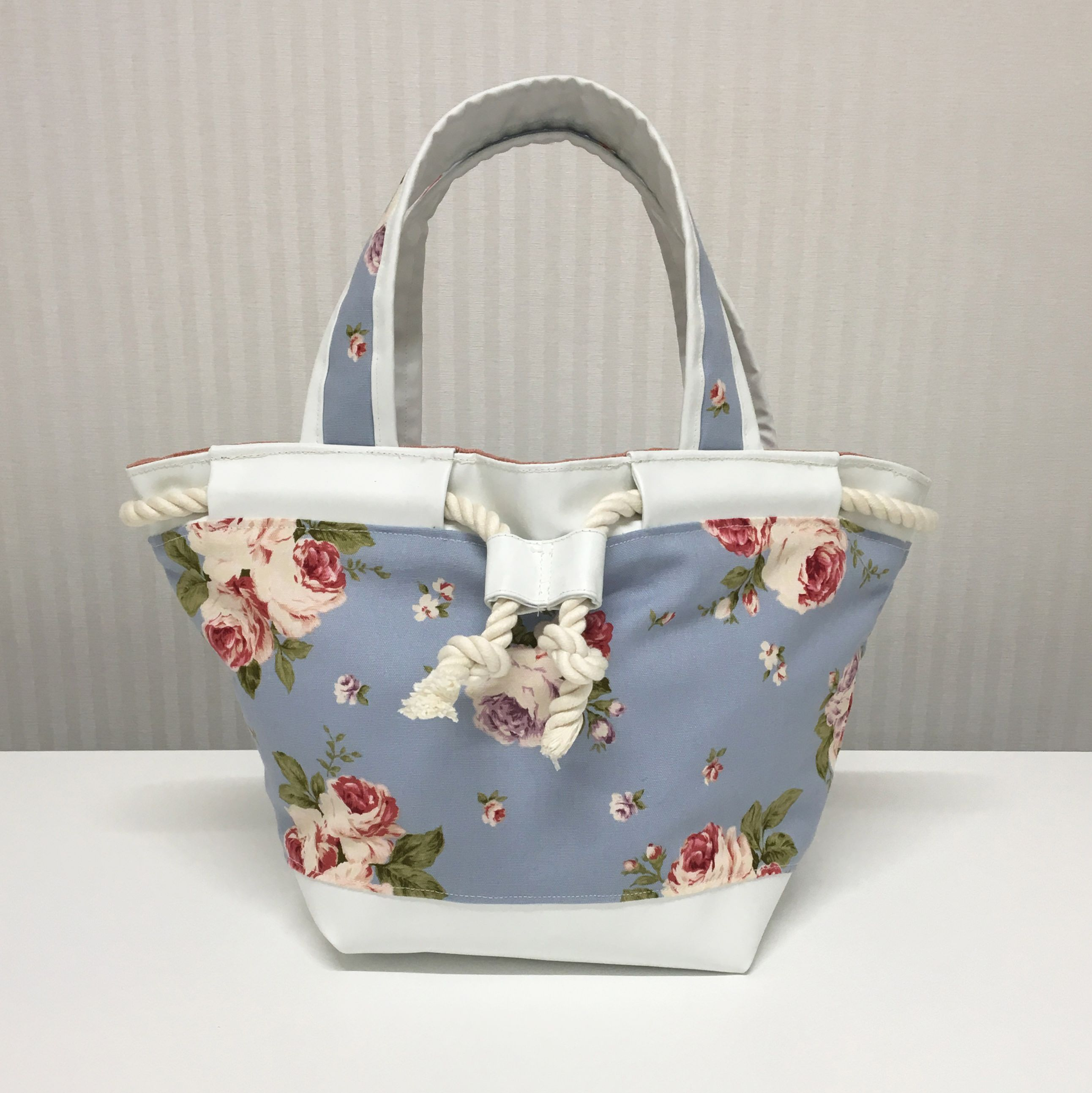 A tote bag featuring synthetic leather. Arranging coloring and material suited to girly marine style. 合皮を使ったトートバッグ。ガーリーマリンスタイルをテーマに配色と素材にこだわりました。 #bag #leather #Walkingfoot #sewing #handmade #JAGUAR
