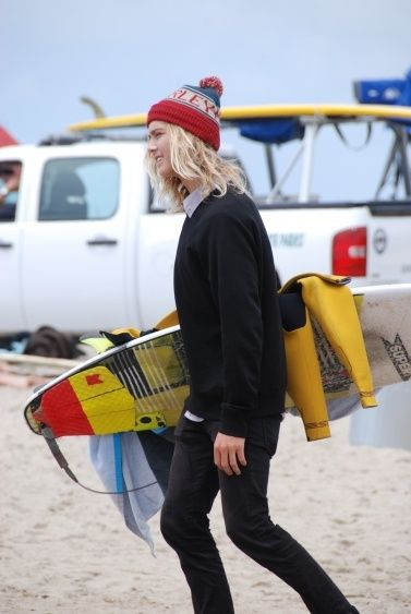 Love this mix of shaggy surfer hair, beanie and prepster surf style. Surf fashion californiapixie.c...