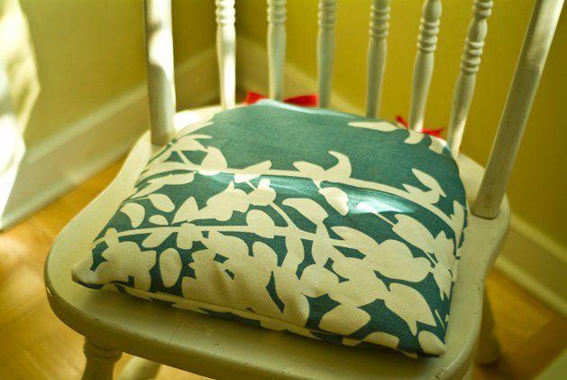 ¿Cansada de tus sillas?, seguro que puedes darle un toque de color y originalidad con unos coloridos cojines o almohadones, y para eso necesitarás saber cómo hacer almohadones para sillas.Hacer almohadones es mucho más fácil de lo que parece, se necesitan pocos materiales y el resultado es realmente encantado