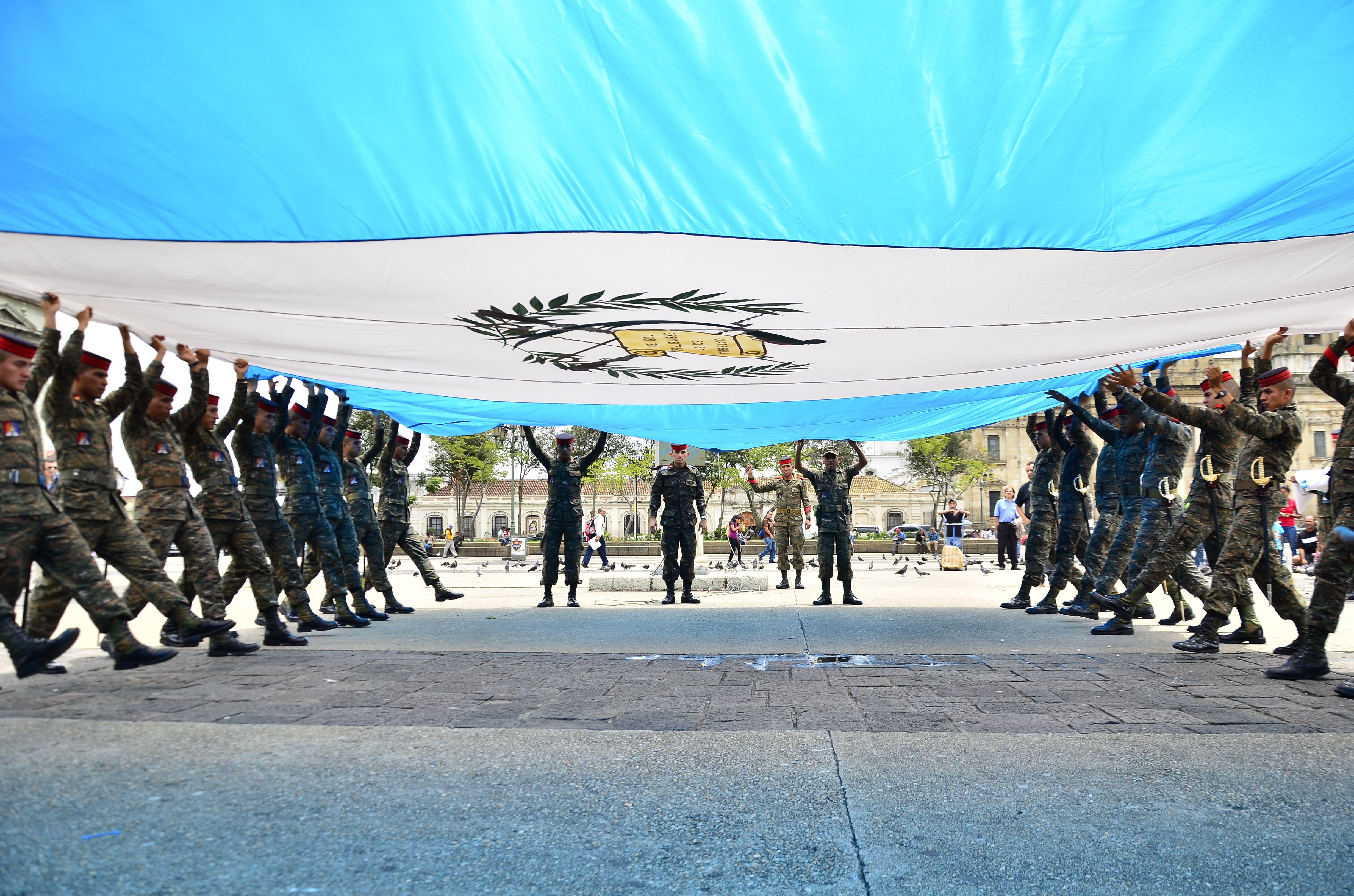 Bandera de Guatemala, preparación del alza de la bandera en Plaza de la Constitución Frente al Palacio Nacional de Guatemala