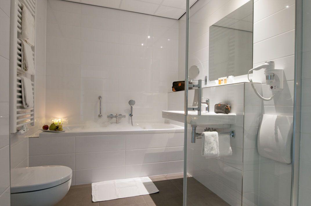 De badkamers van de executive kamers van het Hampshire Hotel ...