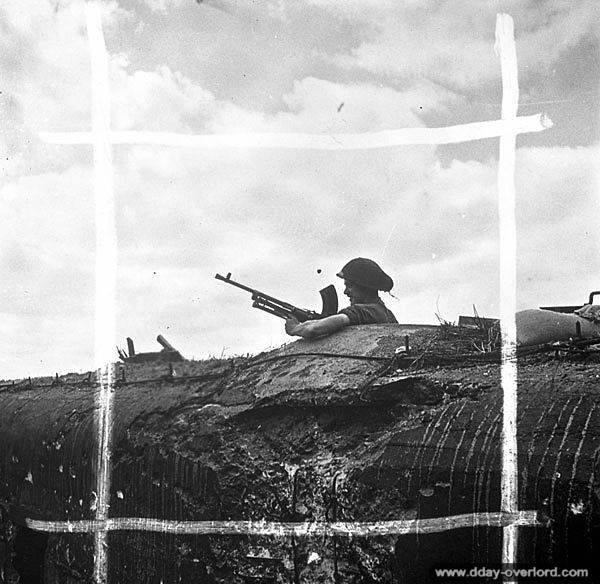 12 juillet 1944 : le sapeur A. Lajambe posté avec une mitrailleuse Bren dans une casemate allemande de l'aéroport de Carpiquet.