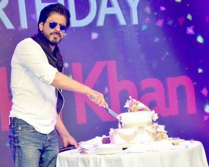 Shahrukh khan the king with cake Shahrukh Khan Pinterest