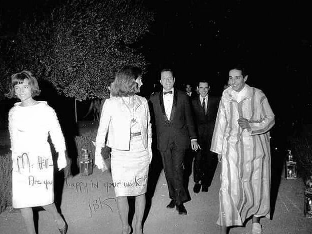 Jackie Kennedy and Lee Radziwill attending a black tie dinner given byMoulay Abdullah in Marrakech./Ph. Pinterest