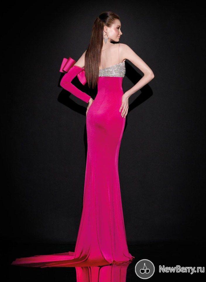 Dizajneret pergaditen modelet me te reja te koleksionit te fustanave ...