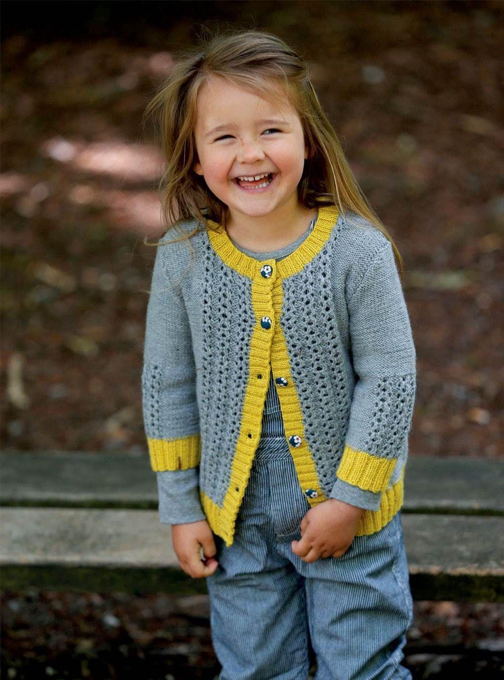 30c389475a69 Klæd den unge pige på med en smuk hjemmestrikket cardigan med 3 4-ærme.