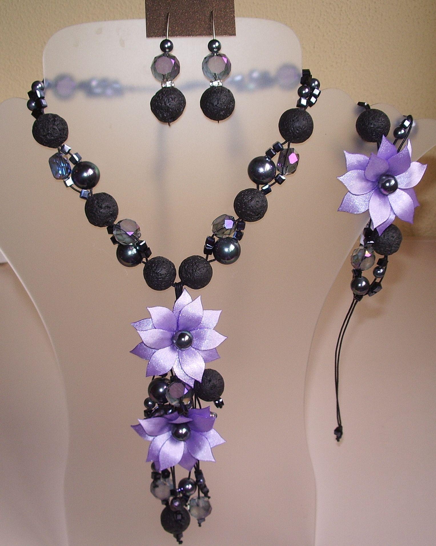 Collar largo de piedra volcánica perlas de nácar cristales facetados y 2 flores de