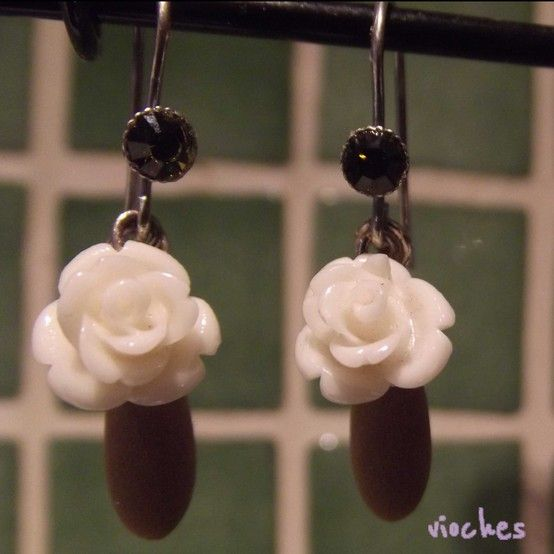 Pendientes colección Rose en color beige. Cada pendiente tiene un gancho con un cristal de Swarovski a juego. Uno de los detalles originales de los pendientes es el abalorio que cuelga tras la rosa en forma de lágrima.