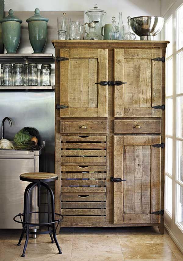 Alacena rustica en la cocina con coleccion de objetos for Muebles de cocina reciclados