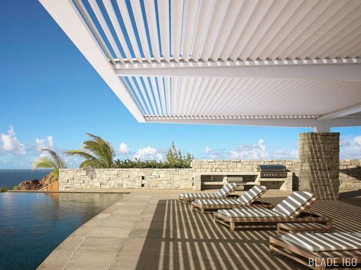 Terrassenüberdachung mit schwenkbaren Lamellen BLADE 160 by STUDIO - mediterrane terrassenberdachung