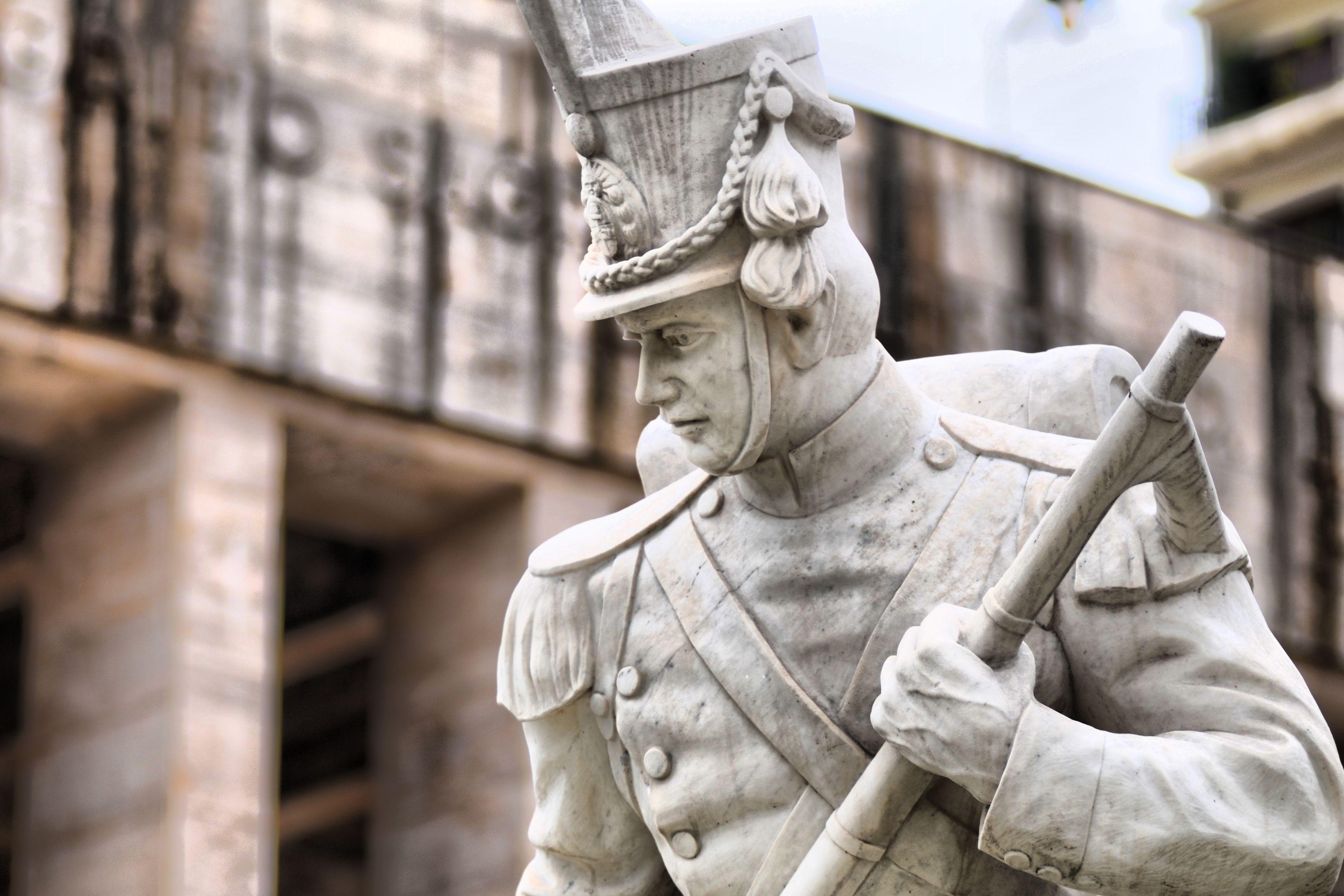 Los granaderos, héroes de la Patria que habitan el Pasaje Juramento.