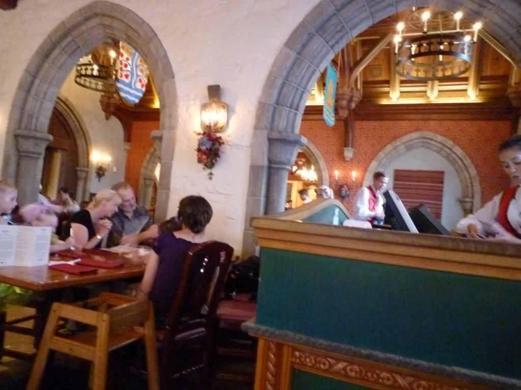 Epcot Akershus Royal Banquet Hall http://www.disneyworld-fan.com/wdw-phot/archives/4808 …
