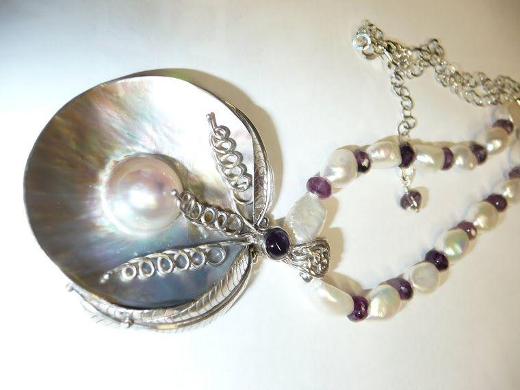 Makeanvedenhelmiä, fluoriittia. helmiäistä, hopeaa ja ametistia