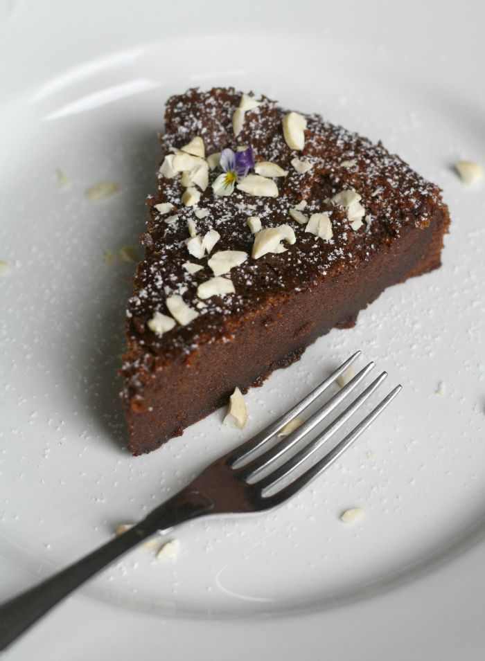 Nutella cake: Nutella and eggs - that's all you need baking this delicious cake!