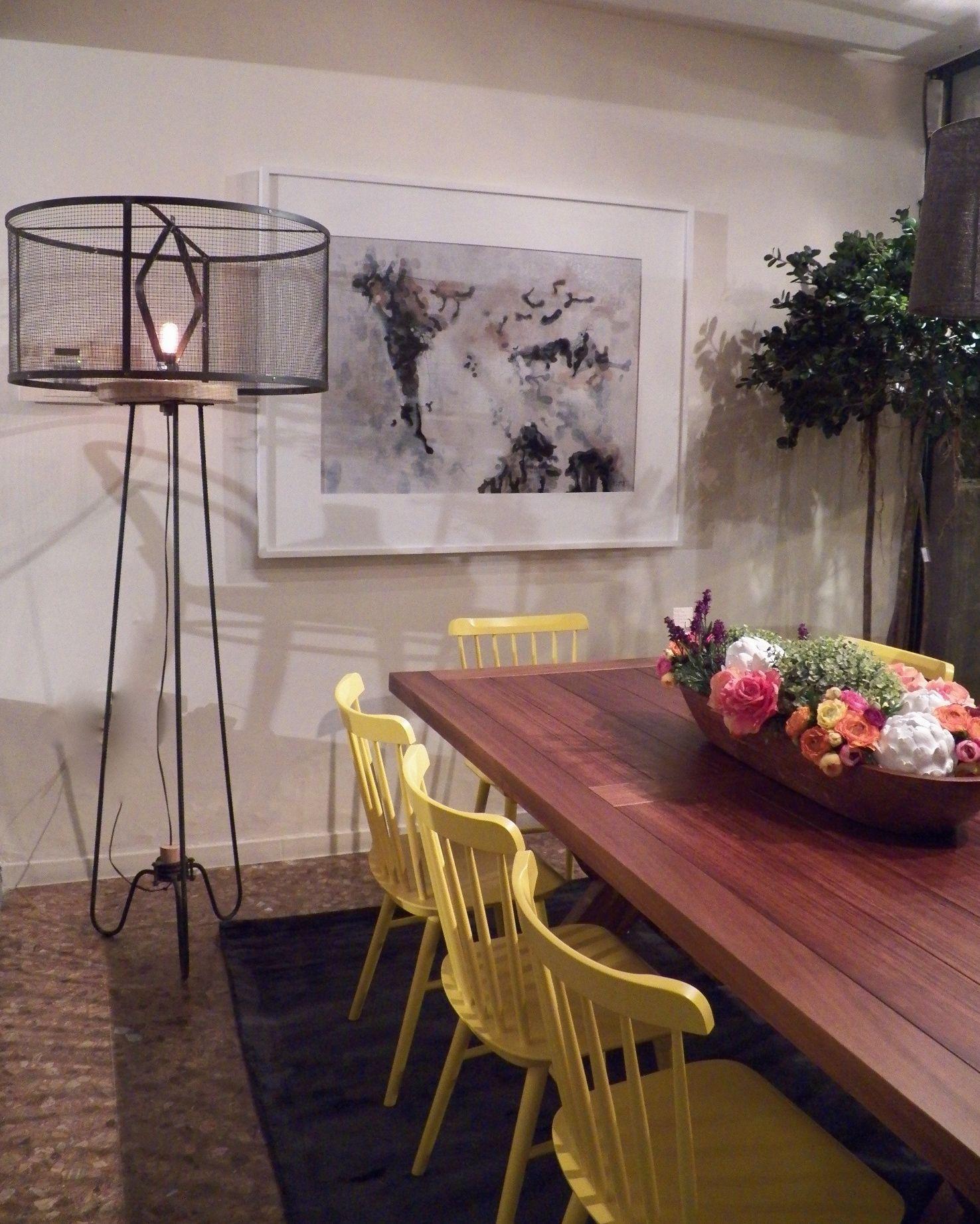 comedor sillas amarillas lampara industrial mesa madera. Ironica ...