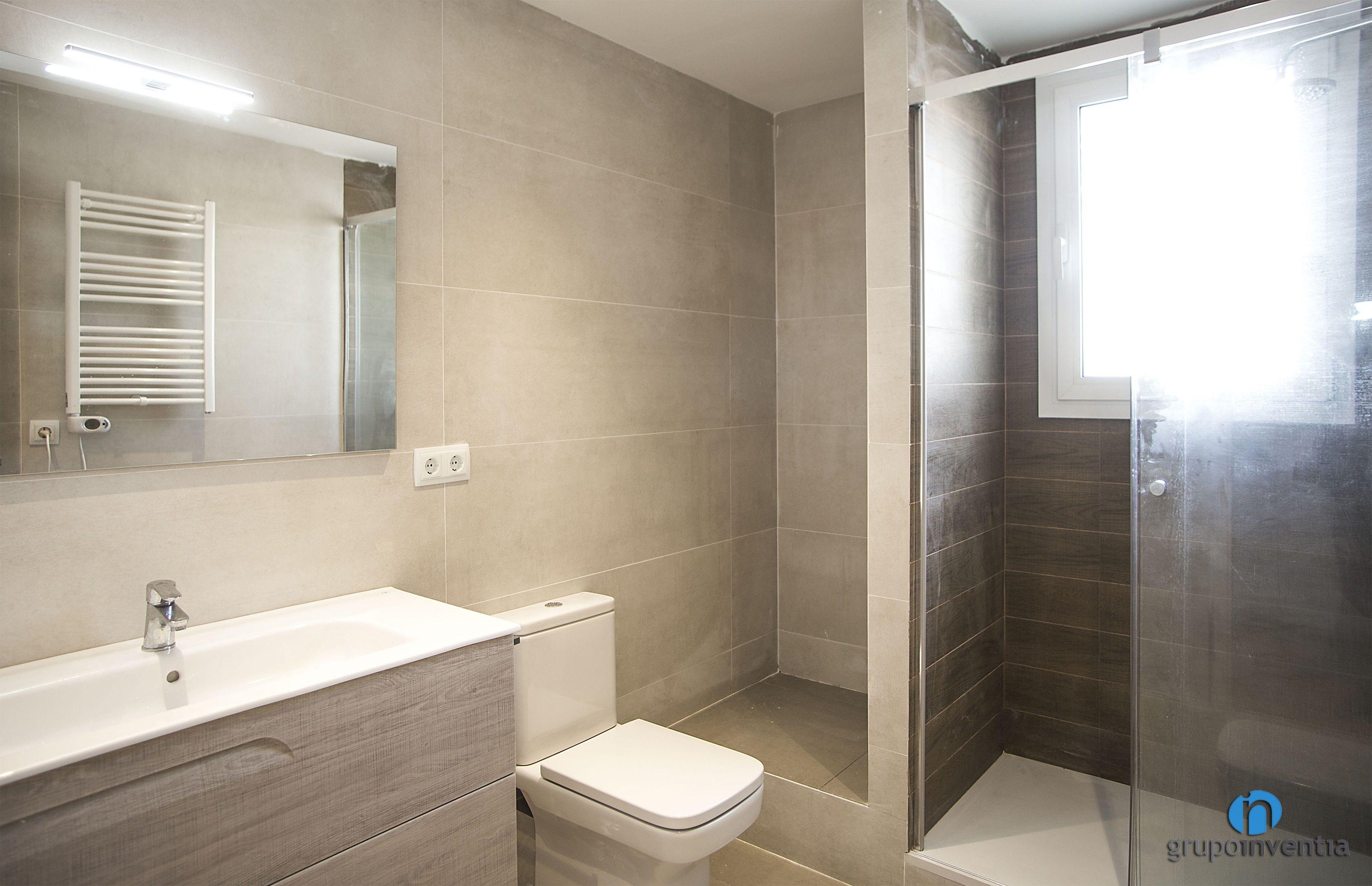 El cuarto de baño se alicató por completo con azulejos de color ...