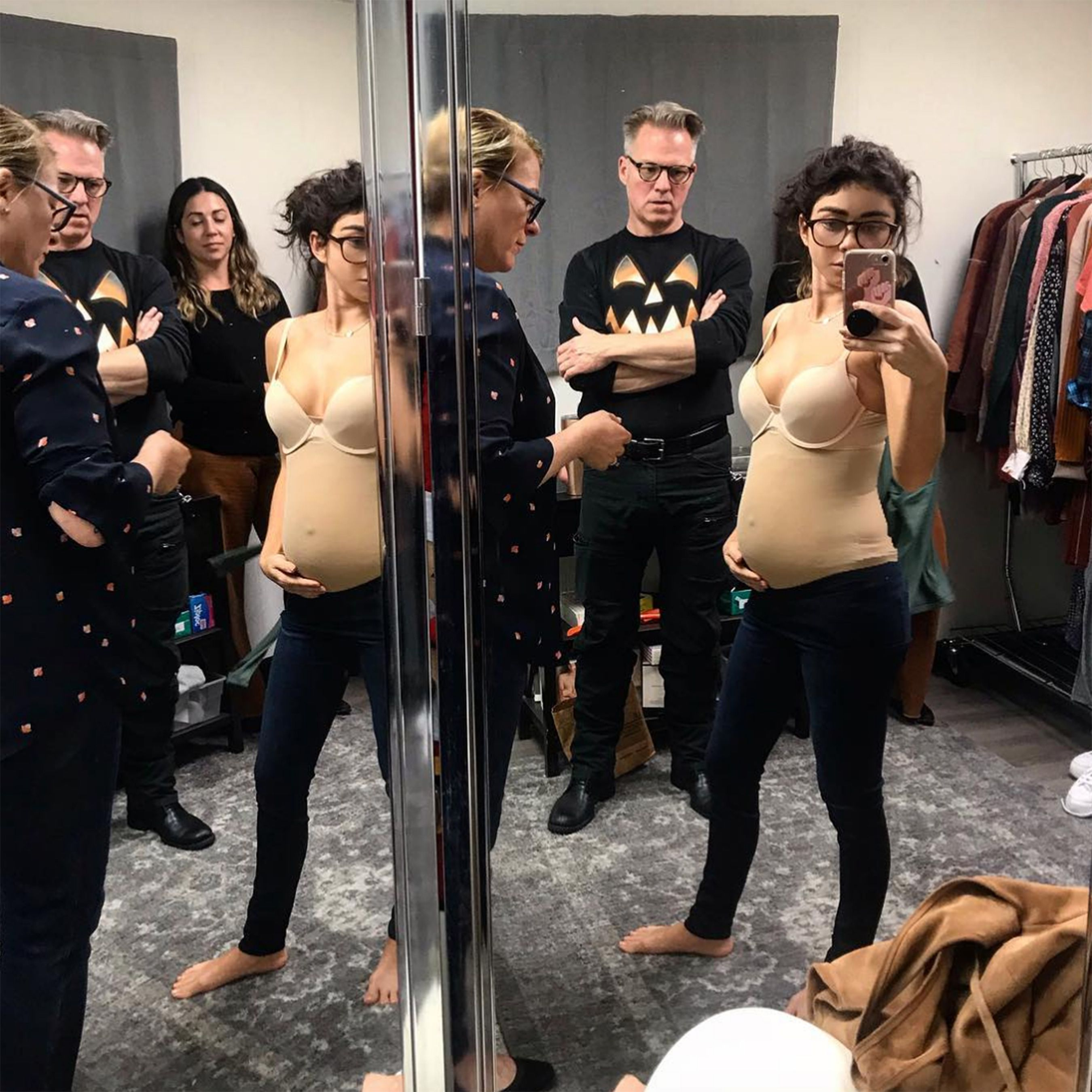 Sarah Hyland Shows Off Her Baby Bump After Revealing Her Modern Family Character Is Pregnant Modern Family Haley Modern Family Baby Belly