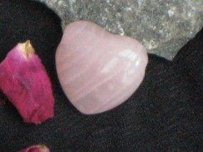 Geschenkideen mit Rosenquarz zum Valentinstag. Rosenquarz gilt als der Stein der Liebe und symbolisiert Romatik & Herzlichkeit