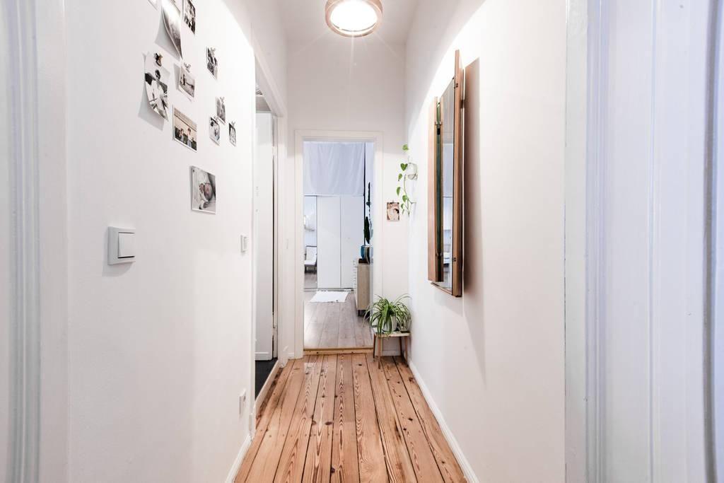 Altbau-Wohnungstraum Flur mit Holzdielen, Spiegel und Bilderwand - wohnungseinrichtung inspiration