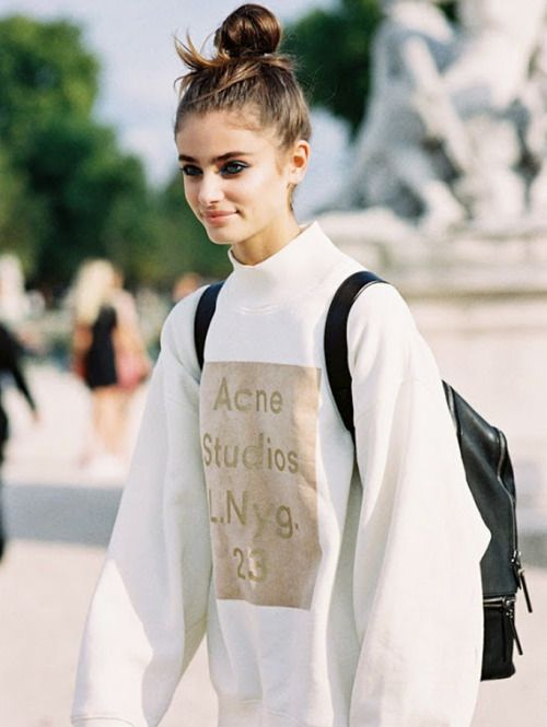Winter Fashion: Model-off-duty Taylor Hill in over-sized jumper top + black leather pants #PFW #StreetStyle.