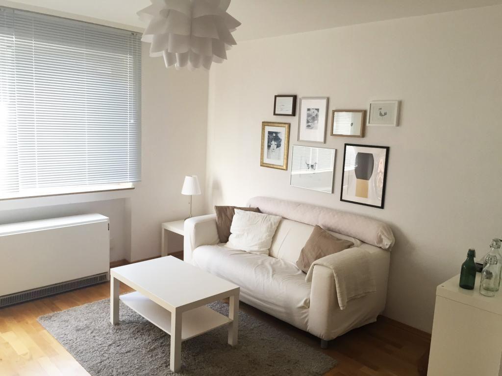 Gemütliches Wohnzimmer mit Couch und Bilden - Wohnung in ...