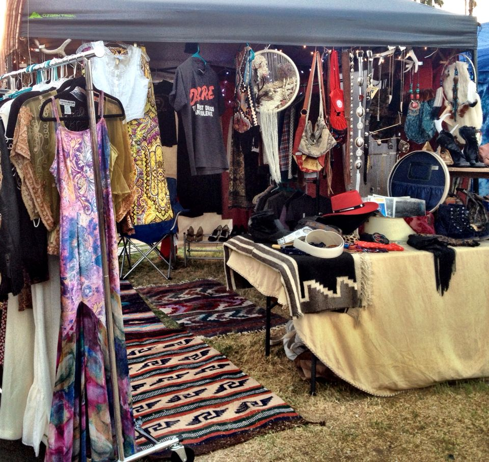 Classic Rock Couture A Very Warm And Inviting Vintage Pop Up Shop Native Rugs Antlers Christmas Lights And Pop Up Shops Flea Market Booth Boutique Interior