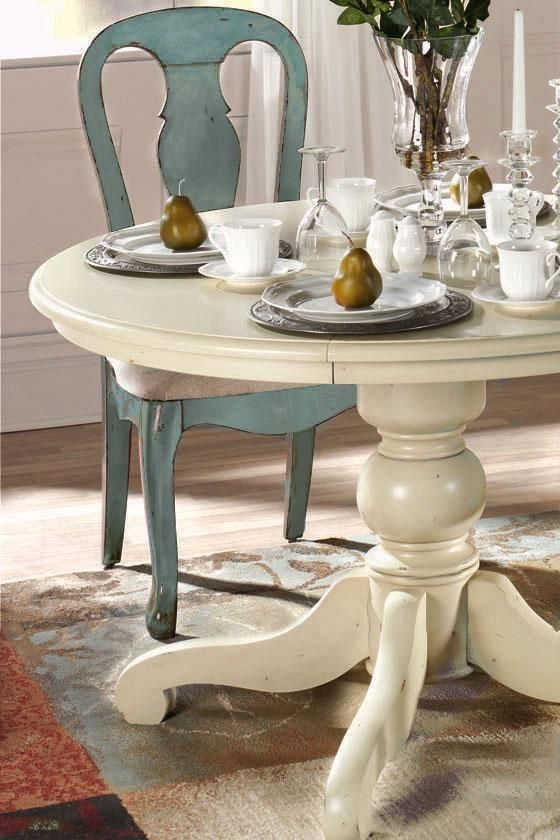 Blue antique-style dining table and chairs from Home Decorators - Repeindre Un Meuble Vernis En Bois