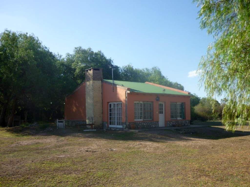 Inmobiliaria Aloja Vende Casa Con Hermoso Parque En La Entrada A San Marcos Sierras Aloja Inmobiliaria Casas En Venta Cerramientos De Aluminio Inmobiliaria