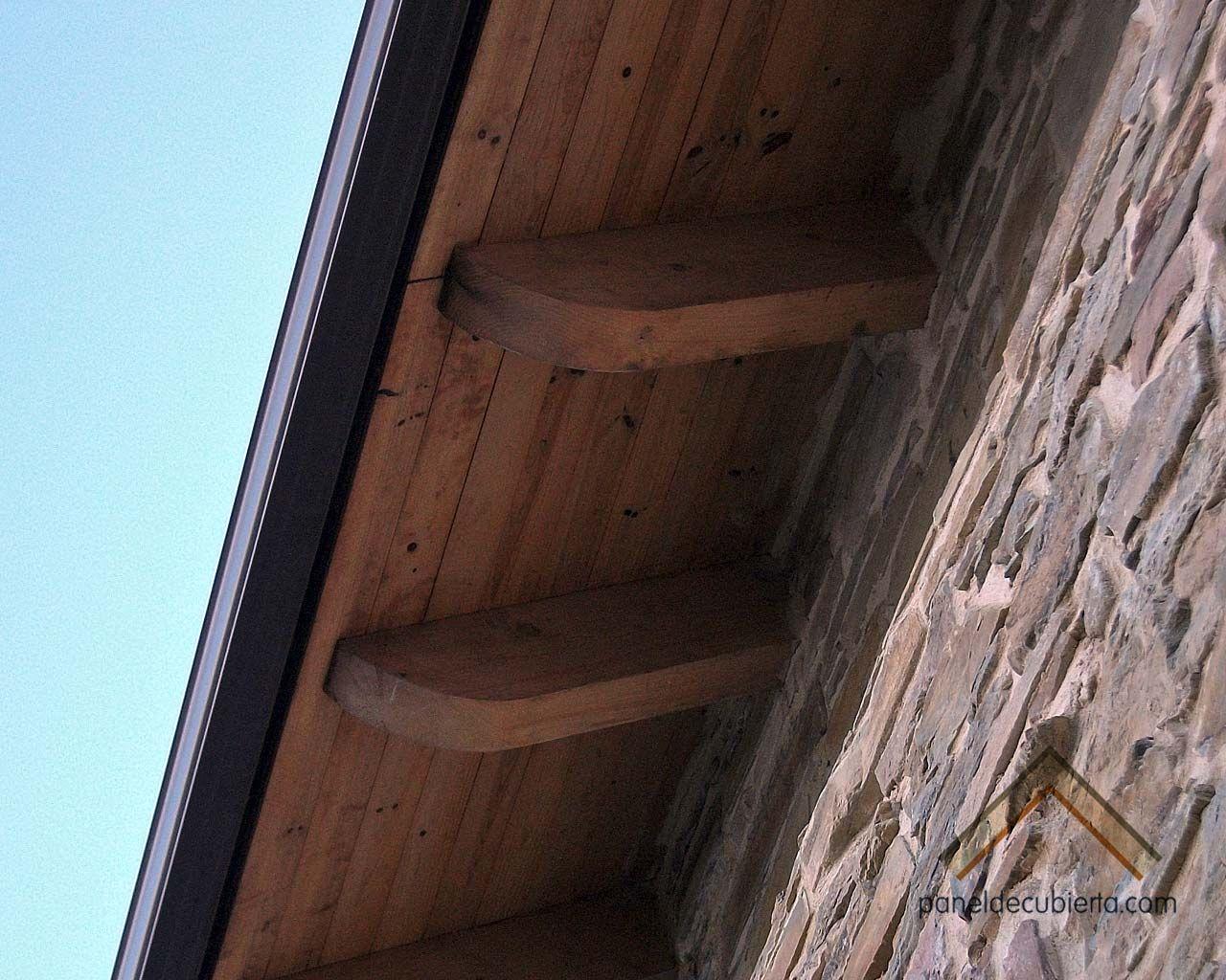 Fotograf a de remate de alero de panel de madera para for Aislante para tejados