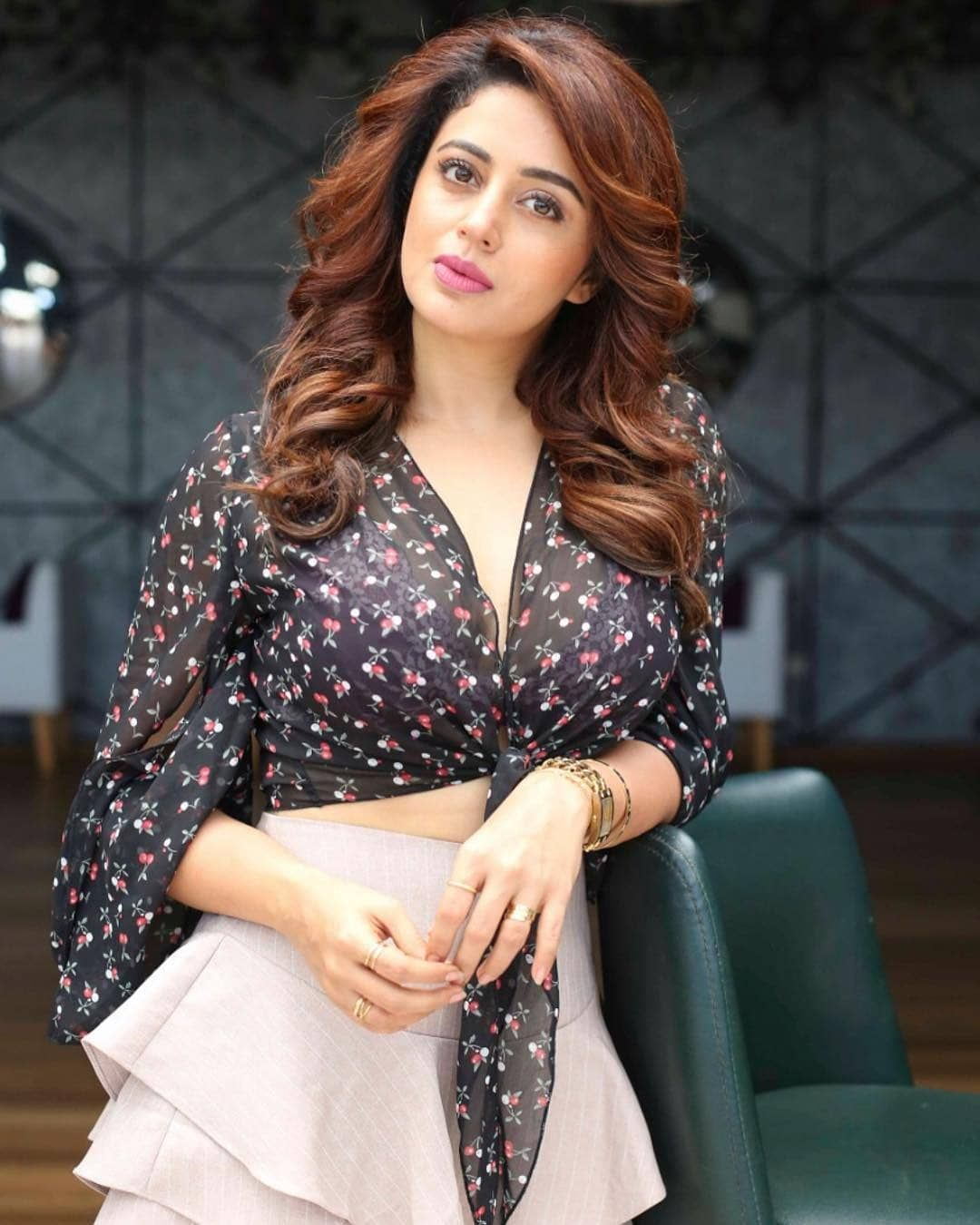 नेहा पेंडसे ची घायाळ करणारी अदा | Neha Pendse - Marathi Actress #nehapendse  | Beautiful indian actress, Neha pendse, Beautiful bollywood actress
