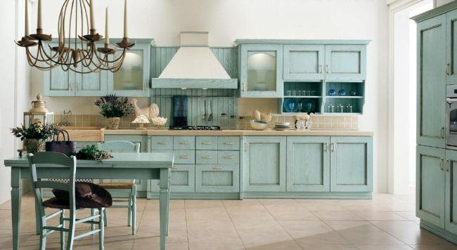 Wohnideen Country landhausküche hellblau vintage kronleuchter kerzen wohnideen